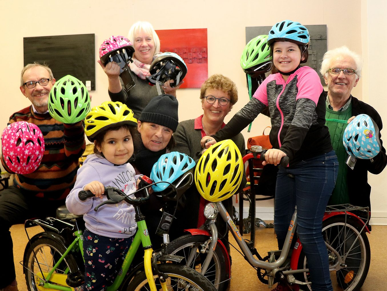 Flüchtlingshilfe: Bürgerstiftung spendiert Fahrradhelme